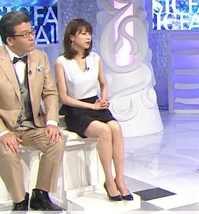 加藤綾子 Vネックで胸元がエロいノースリーブキャプ・エロ画像3