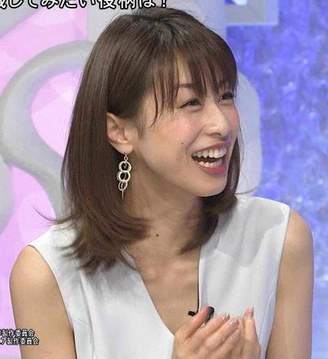 加藤綾子 Vネックで胸元がエロいノースリーブキャプ・エロ画像8