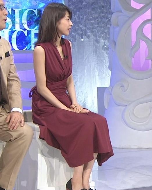 加藤綾子 「MUSIC FAIR」では胸元が開いている衣装が多いキャプ・エロ画像3