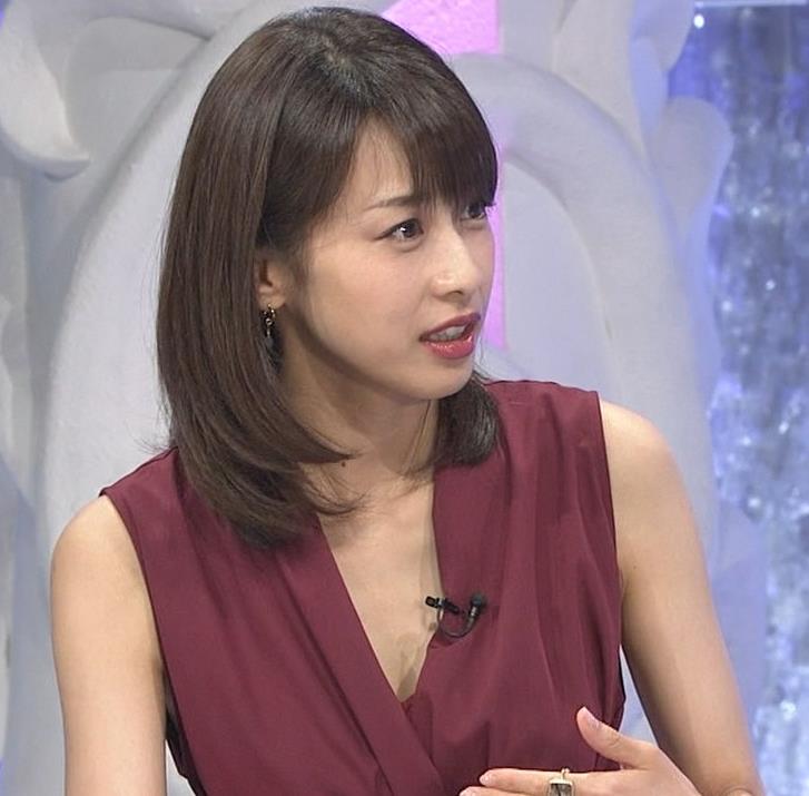 加藤綾子 「MUSIC FAIR」では胸元が開いている衣装が多い