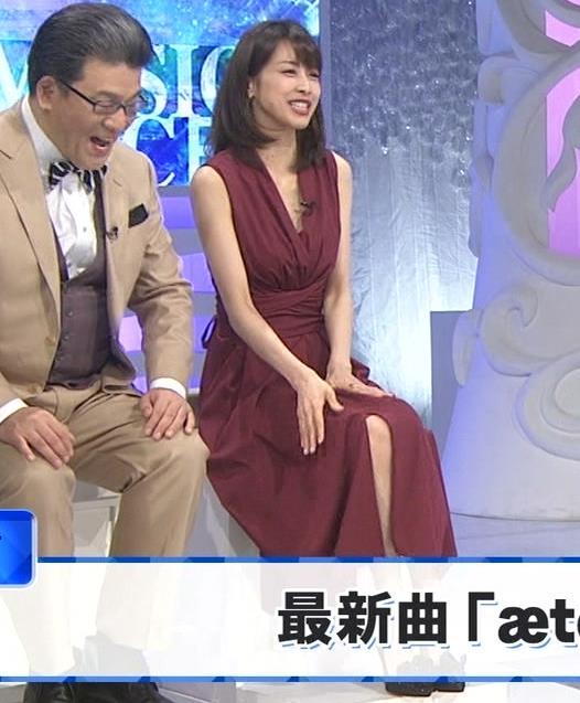 加藤綾子 「MUSIC FAIR」では胸元が開いている衣装が多いキャプ・エロ画像9