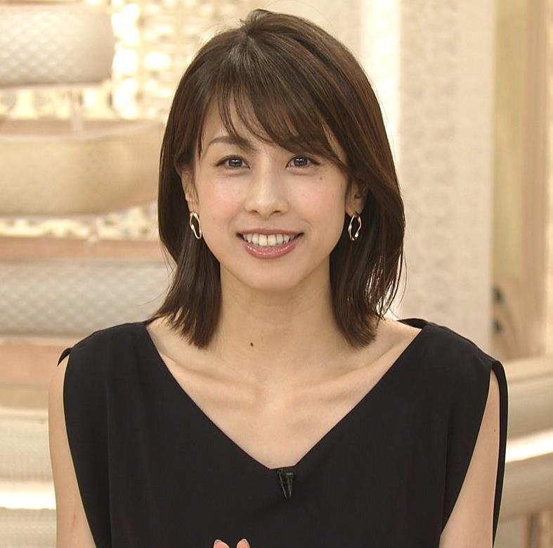 加藤綾子 胸元が開いたノースリーブで前かがみキャプ・エロ画像
