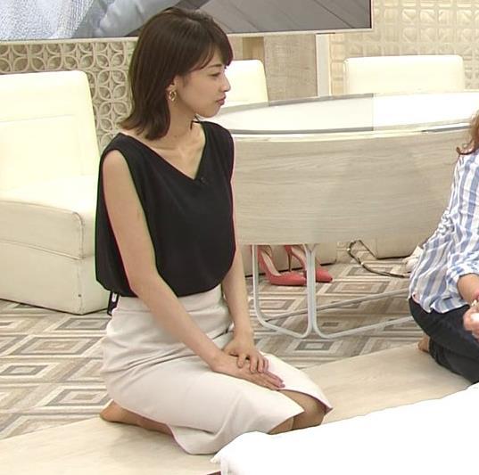 加藤綾子 胸元が開いたノースリーブで前かがみキャプ・エロ画像2