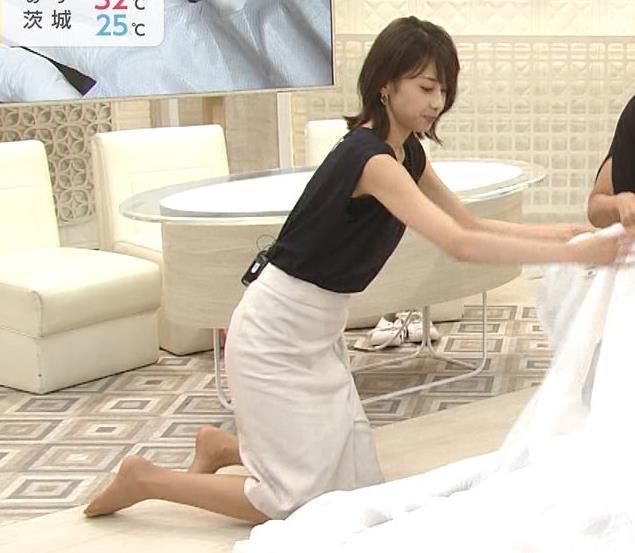 加藤綾子 胸元が開いたノースリーブで前かがみキャプ・エロ画像3