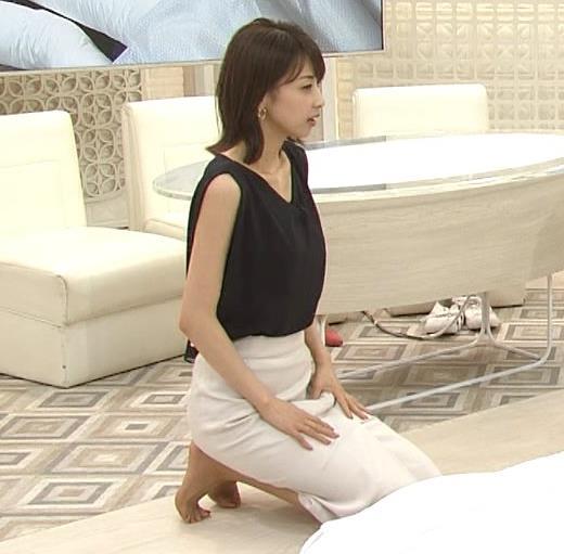 加藤綾子 胸元が開いたノースリーブで前かがみキャプ・エロ画像4