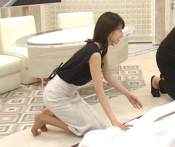 加藤綾子 胸元が開いたノースリーブで前かがみキャプ・エロ画像5