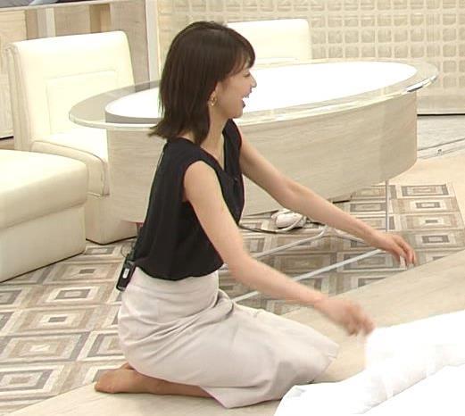 加藤綾子 胸元が開いたノースリーブで前かがみキャプ・エロ画像6