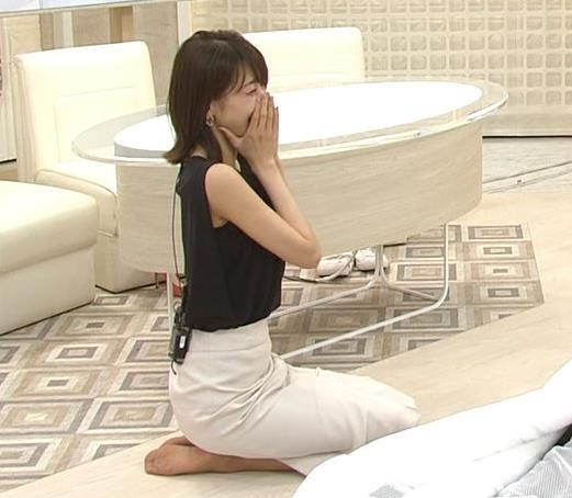 加藤綾子 胸元が開いたノースリーブで前かがみキャプ・エロ画像9
