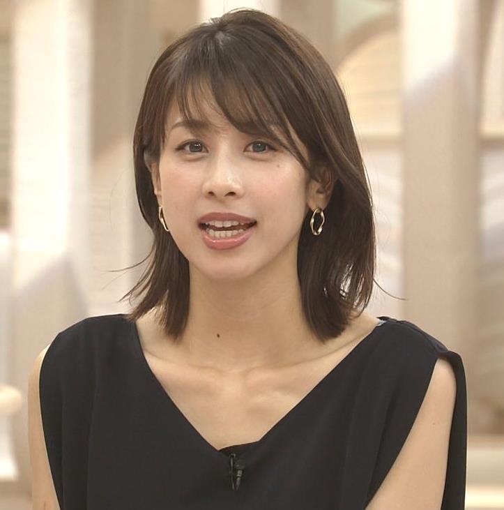 加藤綾子 胸元が開いたノースリーブで前かがみキャプ・エロ画像10