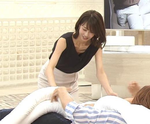 加藤綾子 胸元が開いたノースリーブで前かがみキャプ画像(エロ・アイコラ画像)