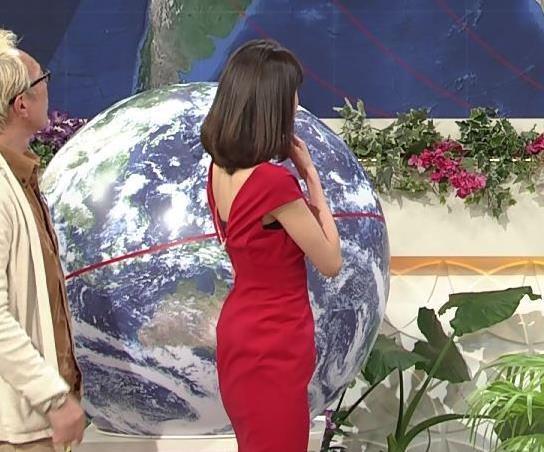 アナ 真っ赤なドレスからインナーがチラチラしてるキャプ・エロ画像