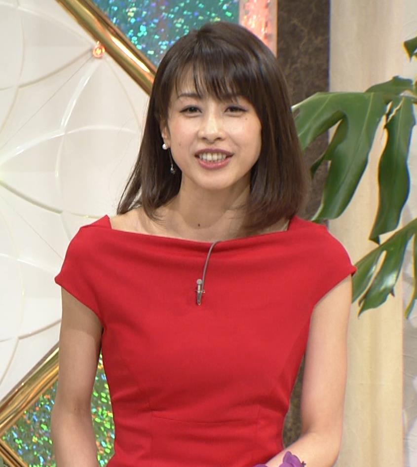 アナ 真っ赤なドレスからインナーがチラチラしてるキャプ・エロ画像2