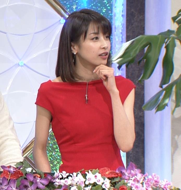 アナ 真っ赤なドレスからインナーがチラチラしてるキャプ・エロ画像4