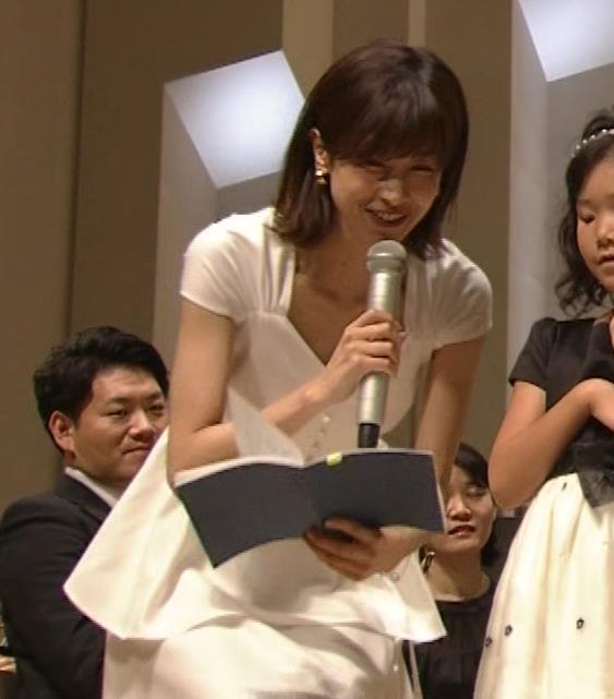 加藤綾子 これは抜ける胸チラ・ブラちら(クラシック音楽館 N響ほっとコンサート)キャプ・エロ画像11