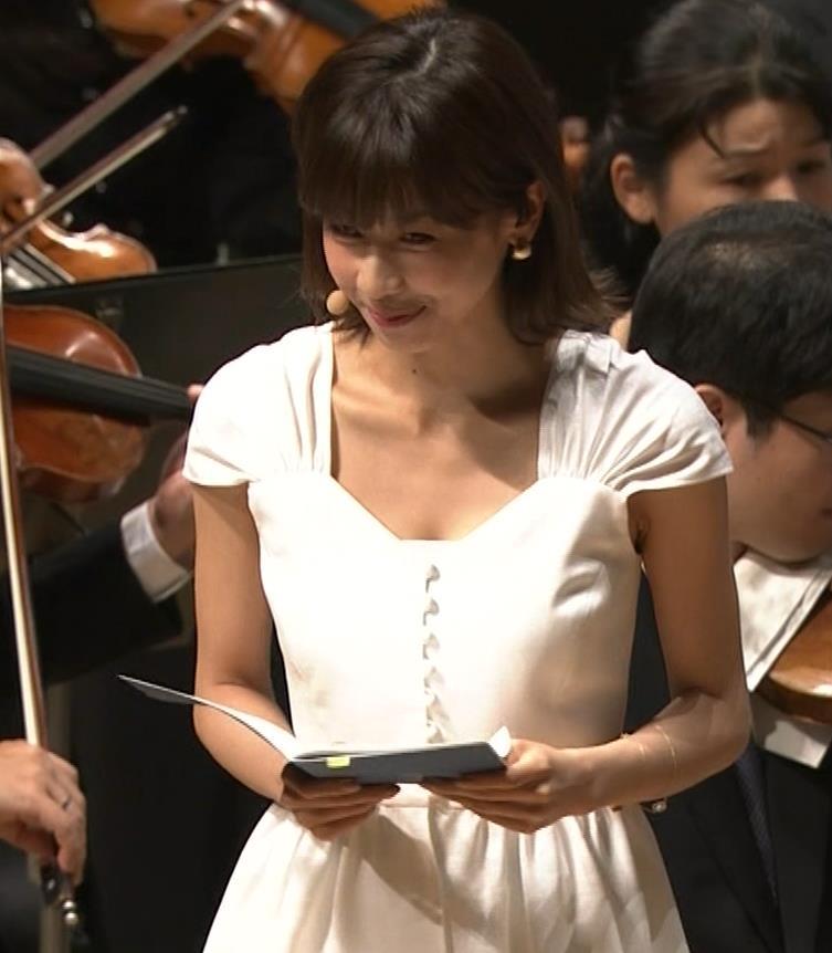 加藤綾子 これは抜ける胸チラ・ブラちら(クラシック音楽館 N響ほっとコンサート)キャプ・エロ画像7