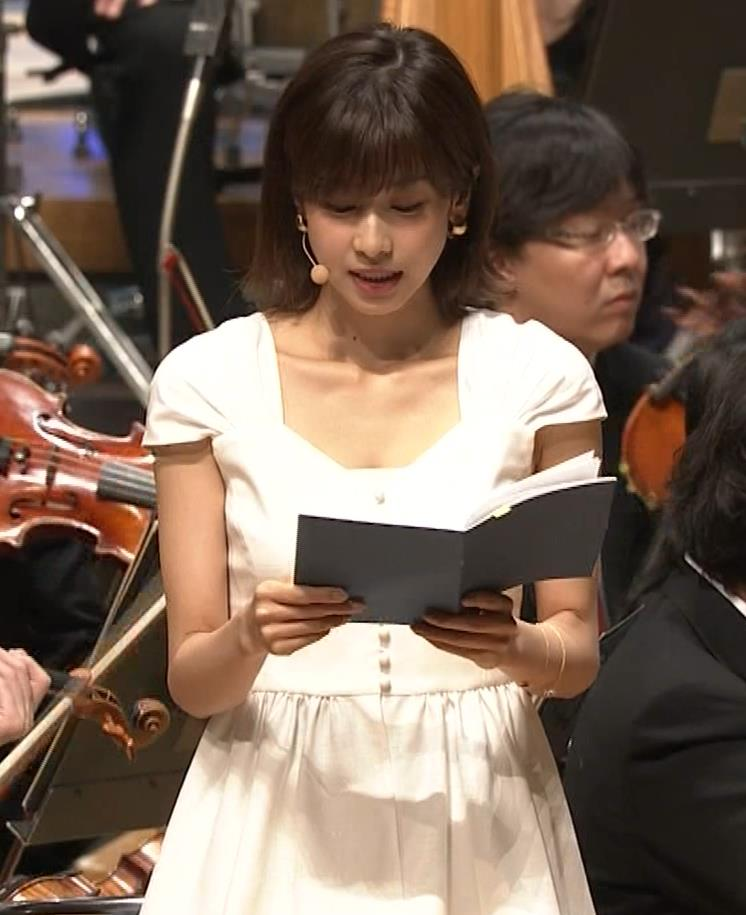 加藤綾子 これは抜ける胸チラ・ブラちら(クラシック音楽館 N響ほっとコンサート)キャプ・エロ画像9