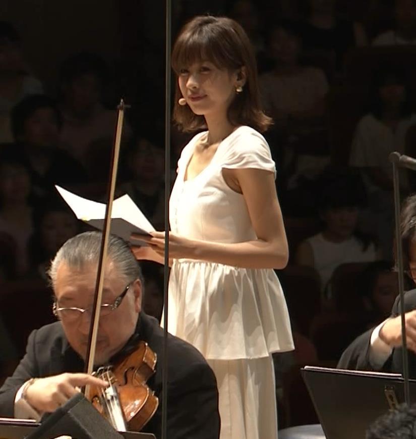 加藤綾子 これは抜ける胸チラ・ブラちら(クラシック音楽館 N響ほっとコンサート)キャプ・エロ画像10