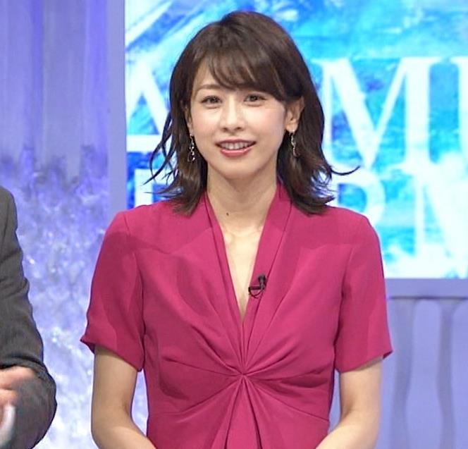 加藤綾子アナ インナーを着てないので胸の谷間が見えそうキャプ・エロ画像