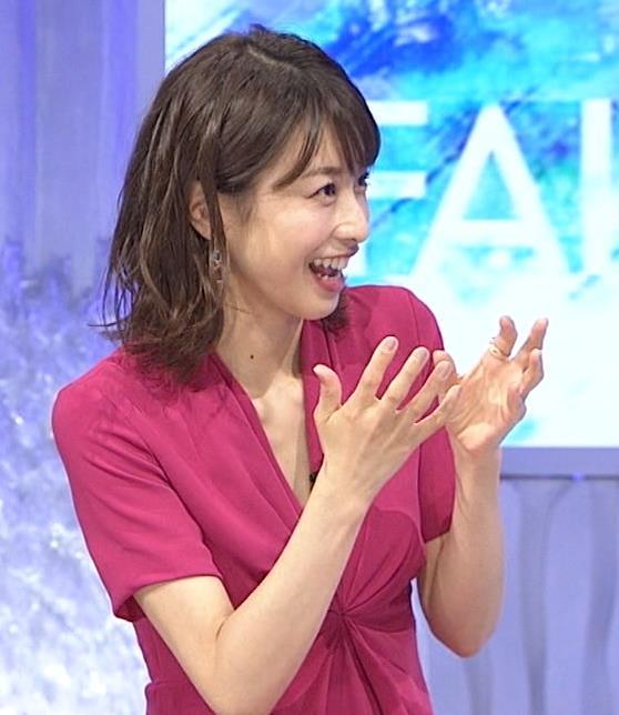 加藤綾子アナ インナーを着てないので胸の谷間が見えそうキャプ・エロ画像2