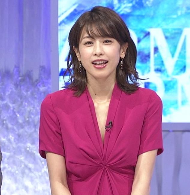 加藤綾子アナ インナーを着てないので胸の谷間が見えそうキャプ・エロ画像3