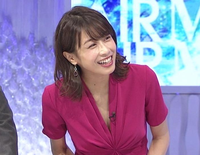 加藤綾子アナ インナーを着てないので胸の谷間が見えそうキャプ・エロ画像4
