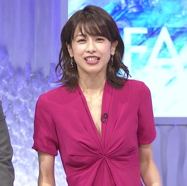 加藤綾子アナ インナーを着てないので胸の谷間が見えそうキャプ・エロ画像6