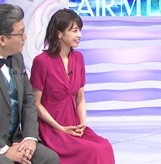 加藤綾子アナ インナーを着てないので胸の谷間が見えそうキャプ・エロ画像7