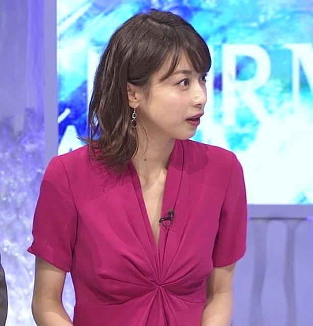 加藤綾子アナ インナーを着てないので胸の谷間が見えそうキャプ・エロ画像8