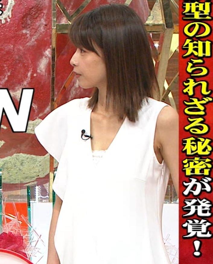 加藤綾子アナ 胸の谷間が見えそう。ワキがエロいキャプ・エロ画像2