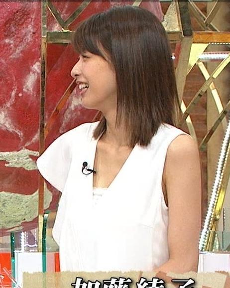 加藤綾子アナ 胸の谷間が見えそう。ワキがエロいキャプ・エロ画像3