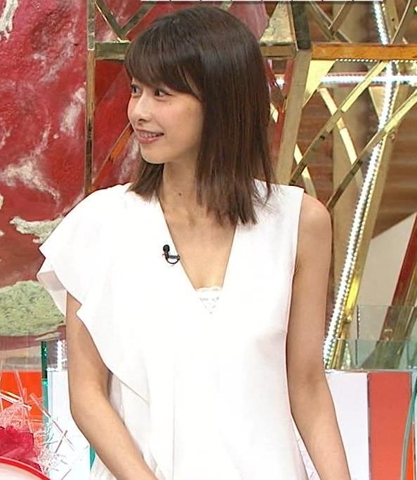 加藤綾子アナ 胸の谷間が見えそう。ワキがエロいキャプ・エロ画像4