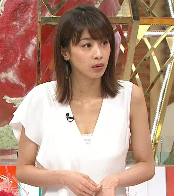 加藤綾子アナ 胸の谷間が見えそう。ワキがエロいキャプ・エロ画像5