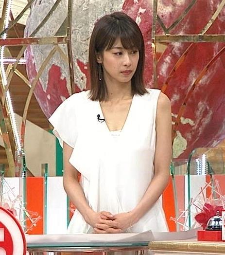 加藤綾子アナ 胸の谷間が見えそう。ワキがエロいキャプ・エロ画像6