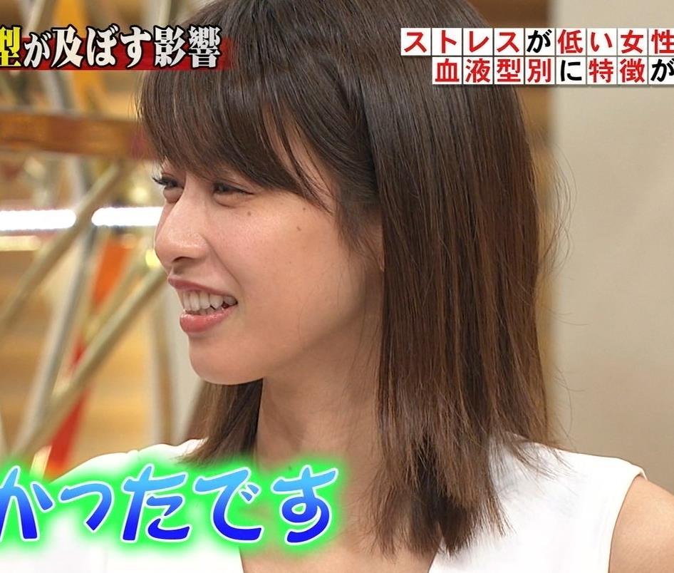 加藤綾子アナ 胸の谷間が見えそう。ワキがエロいキャプ・エロ画像8