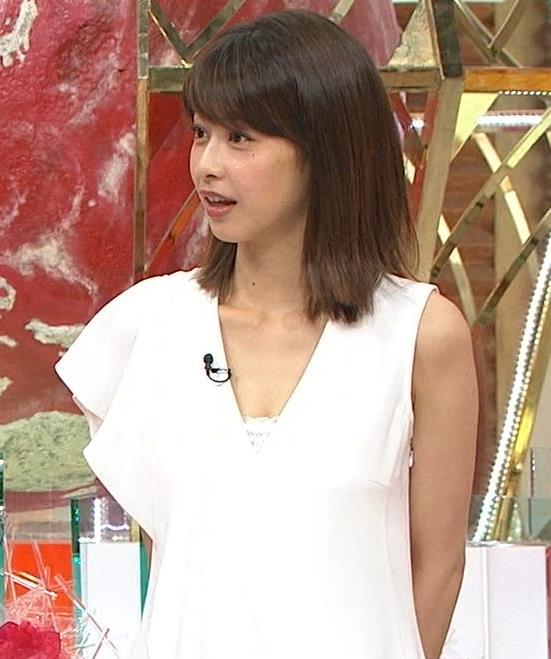 加藤綾子アナ 胸の谷間が見えそう。ワキがエロいキャプ・エロ画像9