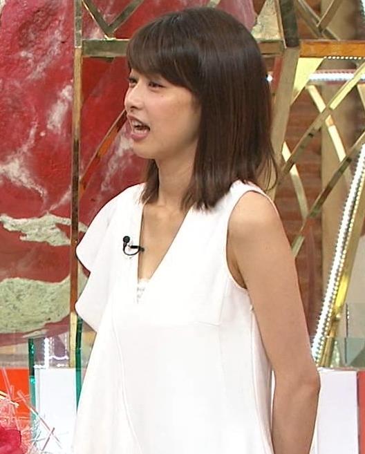 加藤綾子アナ 胸の谷間が見えそう。ワキがエロいキャプ・エロ画像10
