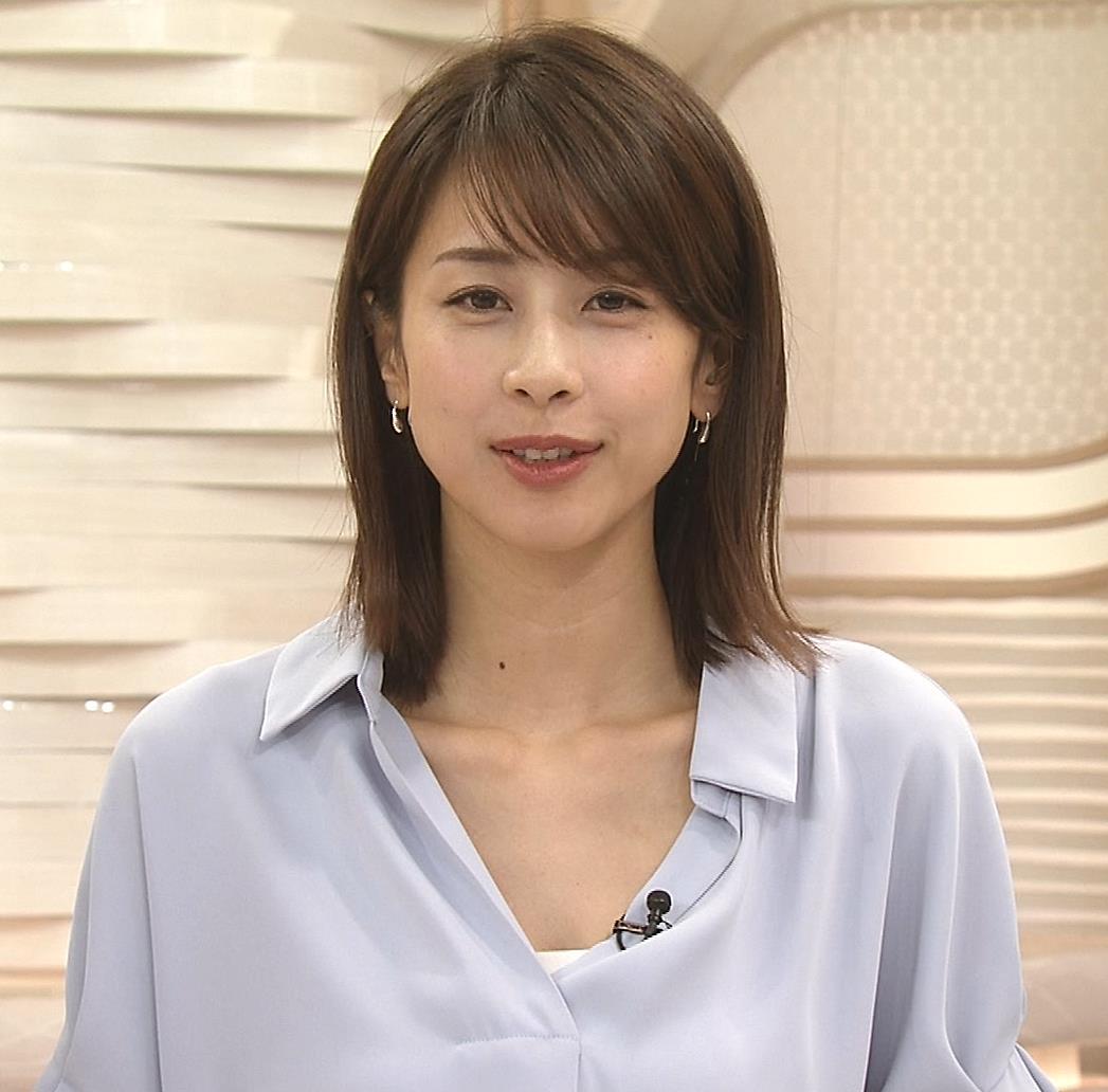 加藤綾子 ニュース番組なのにちょっと胸チラしてエロいキャプ・エロ画像