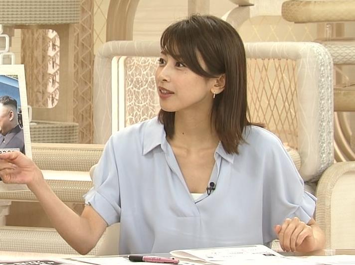 加藤綾子 ニュース番組なのにちょっと胸チラしてエロいキャプ・エロ画像4