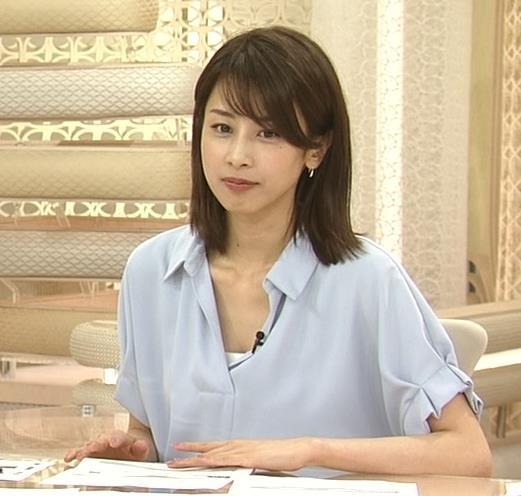 加藤綾子 ニュース番組なのにちょっと胸チラしてエロいキャプ・エロ画像5