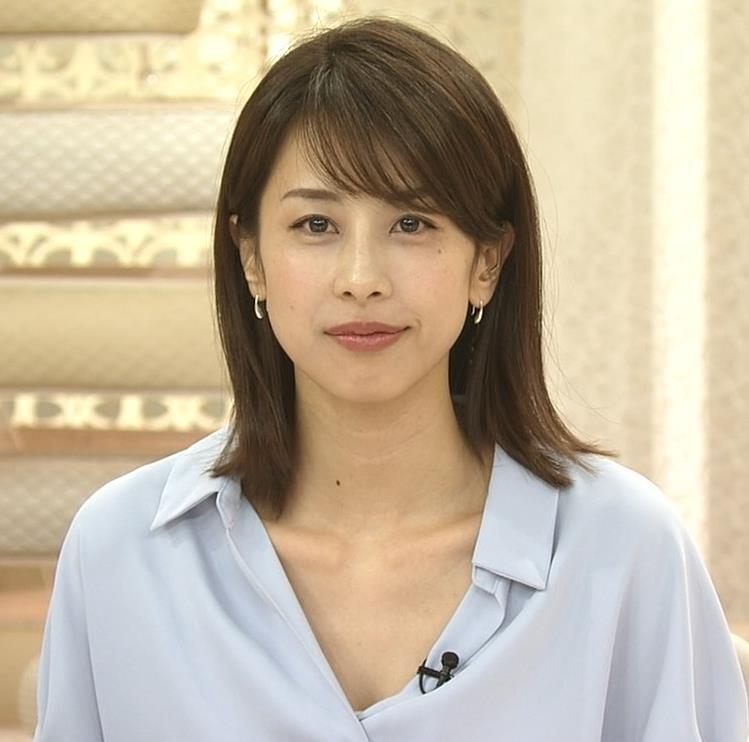 加藤綾子 ニュース番組なのにちょっと胸チラしてエロいキャプ・エロ画像6