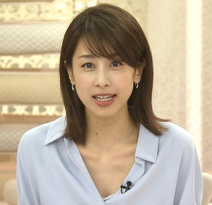 加藤綾子 ニュース番組なのにちょっと胸チラしてエロいキャプ・エロ画像7