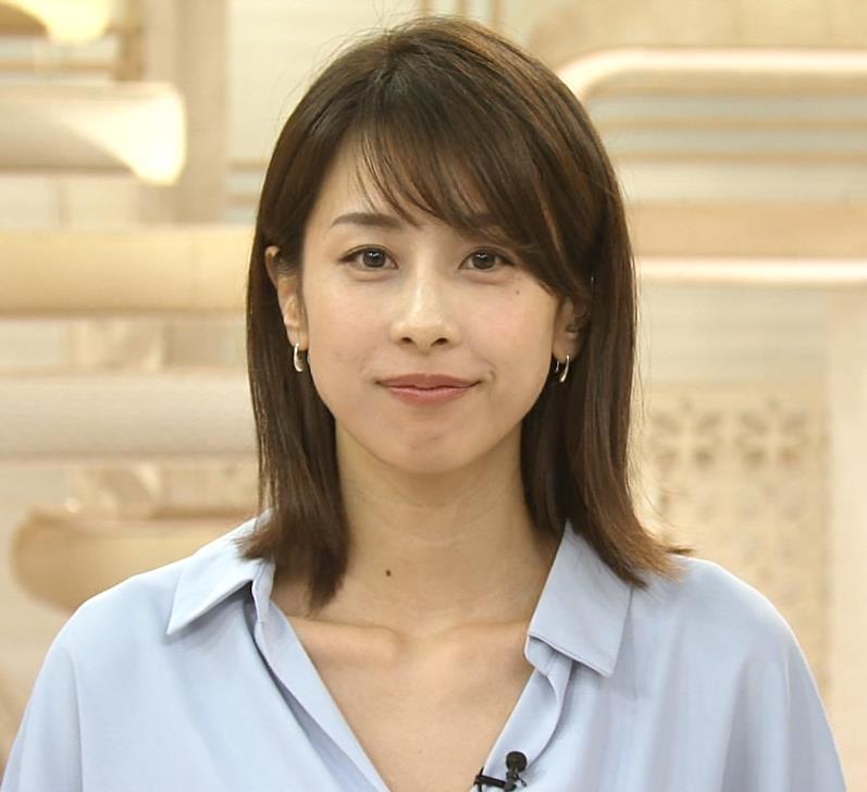 加藤綾子 ニュース番組なのにちょっと胸チラしてエロいキャプ・エロ画像8