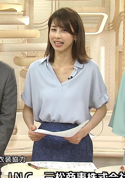 加藤綾子 ニュース番組なのにちょっと胸チラしてエロいキャプ・エロ画像9