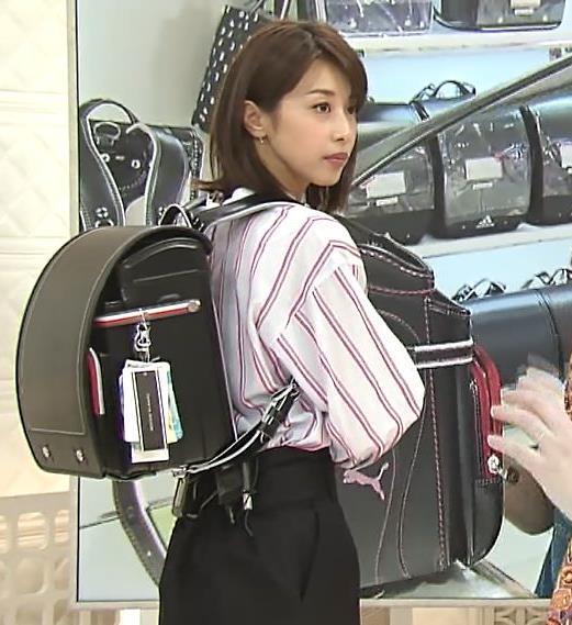 加藤綾子アナ 胸元のはだけ方と表情がエロいキャプ・エロ画像5