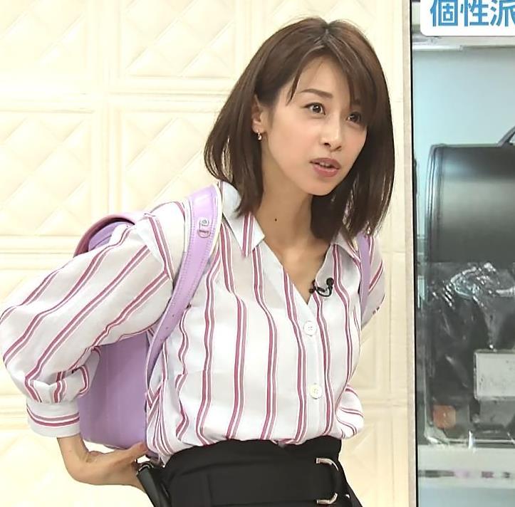 加藤綾子アナ 胸元のはだけ方と表情がエロいキャプ・エロ画像9