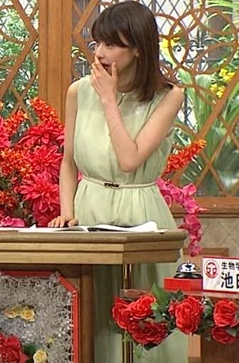 加藤綾子アナ いつも通りノースリーブでワキがエロいキャプ・エロ画像4