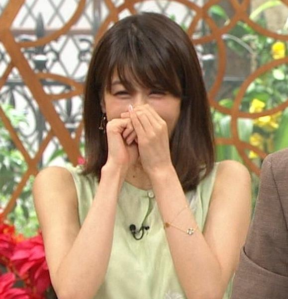 加藤綾子アナ いつも通りノースリーブでワキがエロいキャプ・エロ画像5