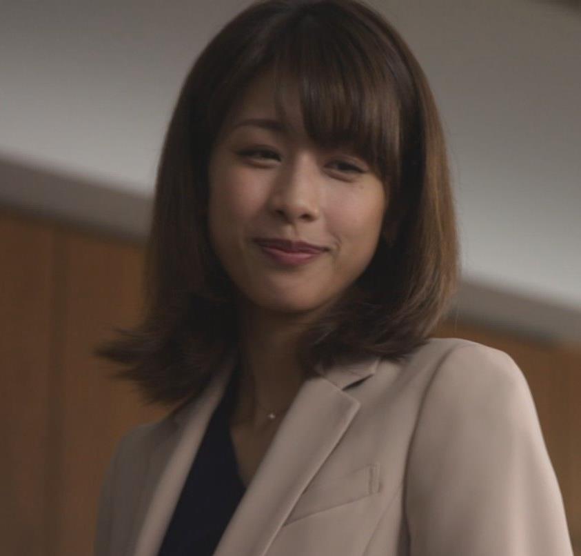 加藤綾子 ドラマでのパンツスタイルのお尻キャプ・エロ画像