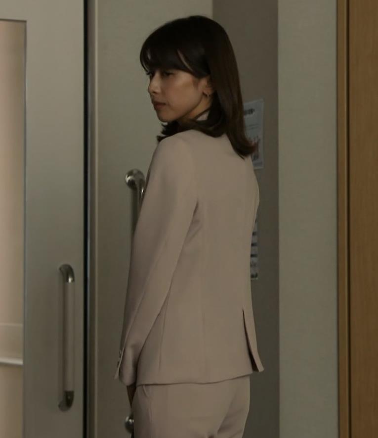 加藤綾子 ドラマでのパンツスタイルのお尻キャプ・エロ画像11