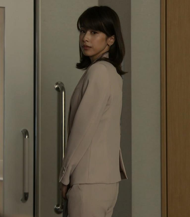 加藤綾子 ドラマでのパンツスタイルのお尻キャプ・エロ画像12
